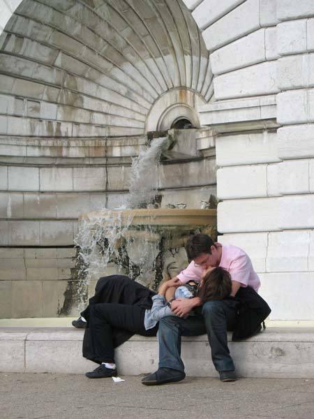 Kissing_in_paris
