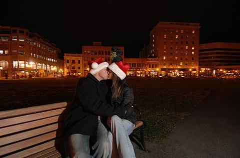 Kissing_under_the_mistleto