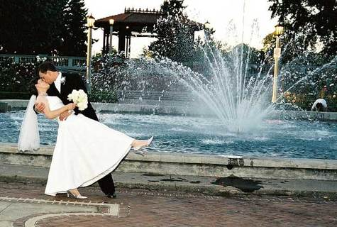Kiss_by_the_fountain